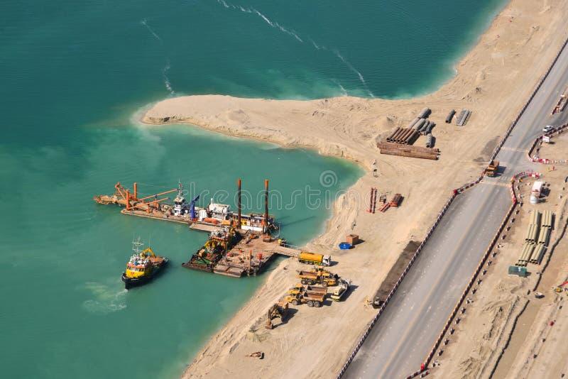 Ideia aérea da construção na ilha artificial imagem de stock
