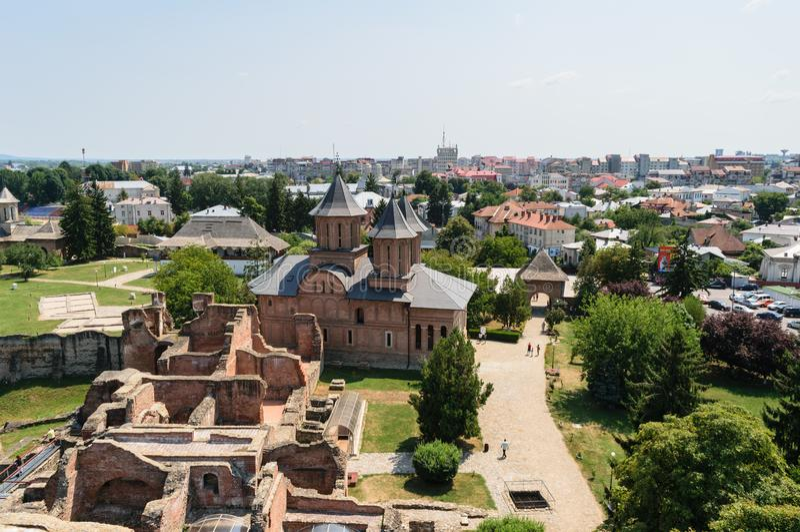 Ideia aérea da corte principesco que mostra a igreja do St sexta-feira em Targoviste, Dambovita, Romênia imagens de stock
