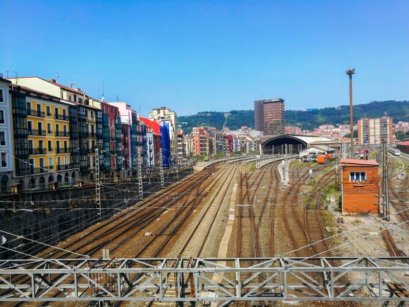 Ideia aérea da estação de Tran contra a arquitetura da cidade de Bilbao fotografia de stock royalty free