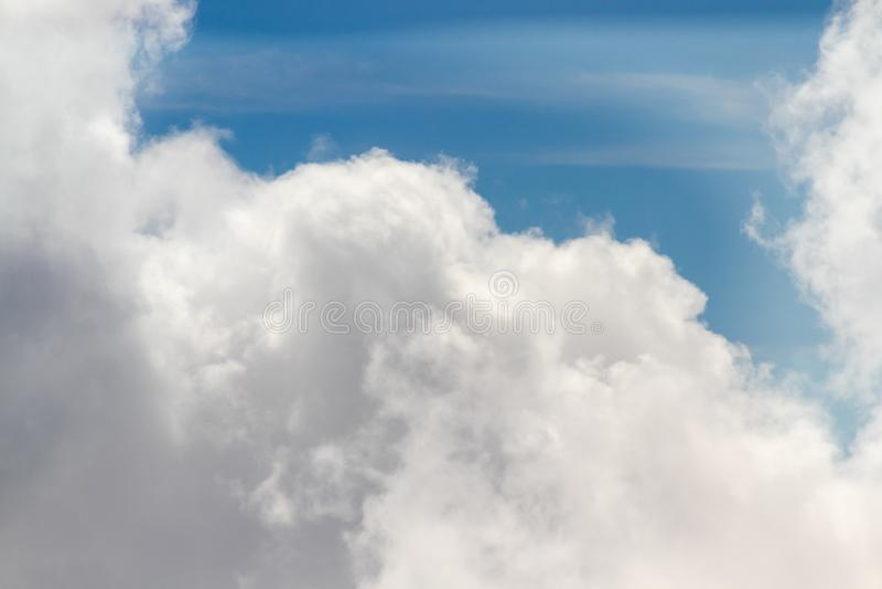 Ideia aérea da formação das nuvens de cúmulo no dia ensolarado imagem de stock