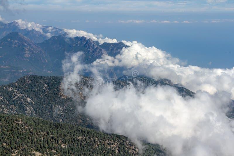 Ideia aérea da formação das nuvens no dia ensolarado sobre a montanha imagem de stock royalty free