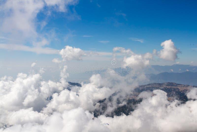 Ideia aérea da formação grossa das nuvens no dia ensolarado sobre a montanha imagem de stock royalty free