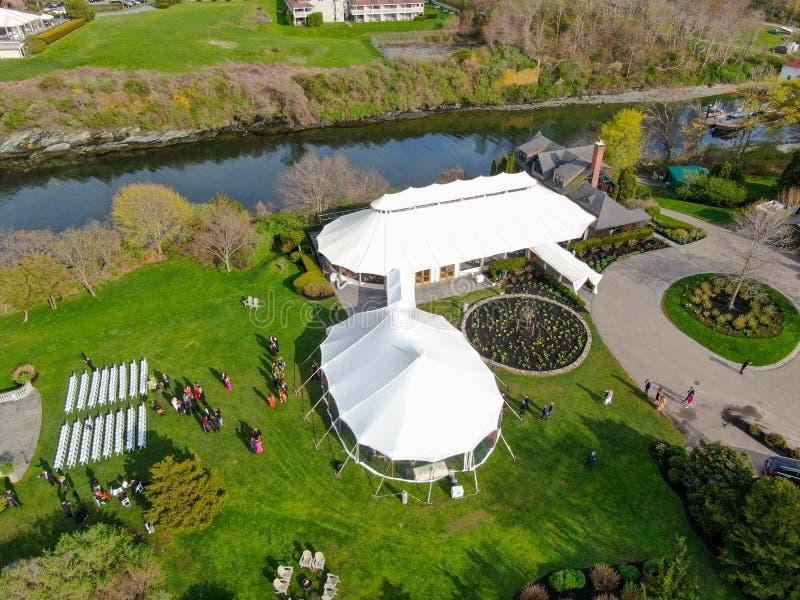 Ideia aérea da instalação da cerimônia do copo de água com as barracas brancas grandes foto de stock