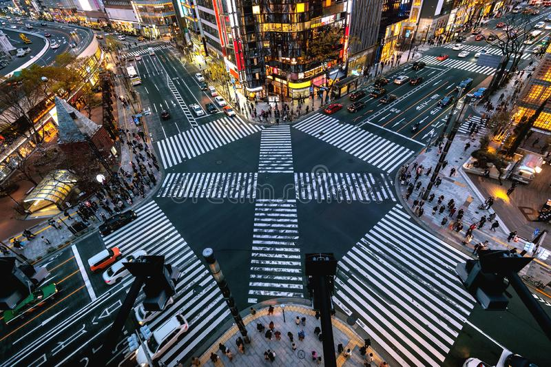 Ideia aérea da interseção em Ginza, Tóquio, Japão na noite fotografia de stock