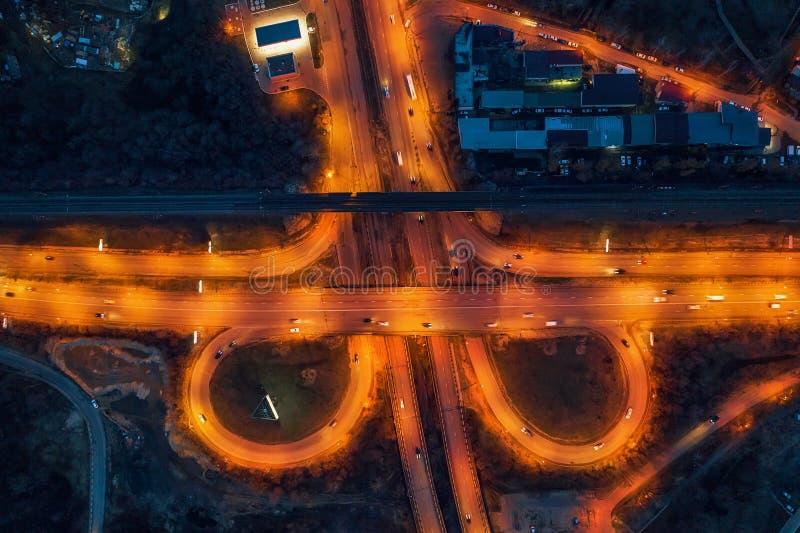 Ideia aérea da junção do transporte, estradas de cidade, vista superior do zangão, tráfego de carro na noite imagem de stock royalty free