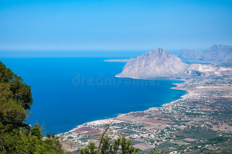 Ideia aérea da montagem de Cofano e do litoral Tyrrhenian de Erice, Sicília, Itália fotografia de stock royalty free