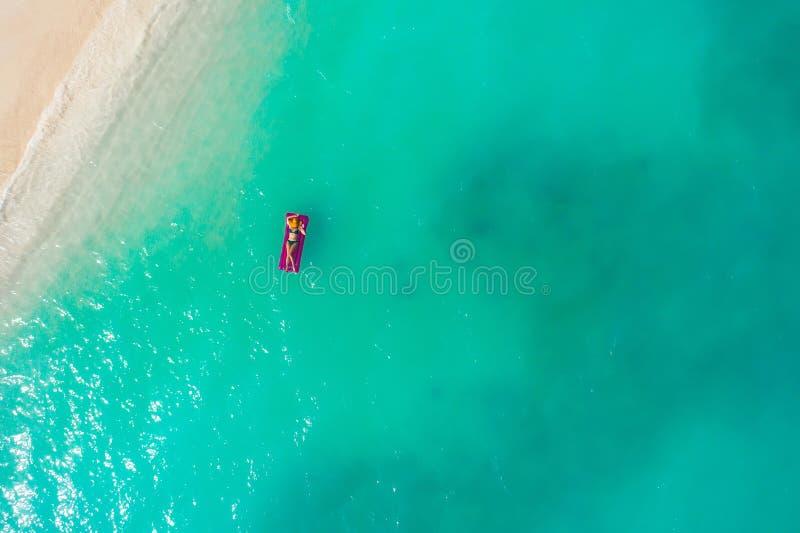 Ideia aérea da natação magro da mulher no colchão da nadada no mar transparente de turquesa Seascape do verão com a menina, bonit fotos de stock