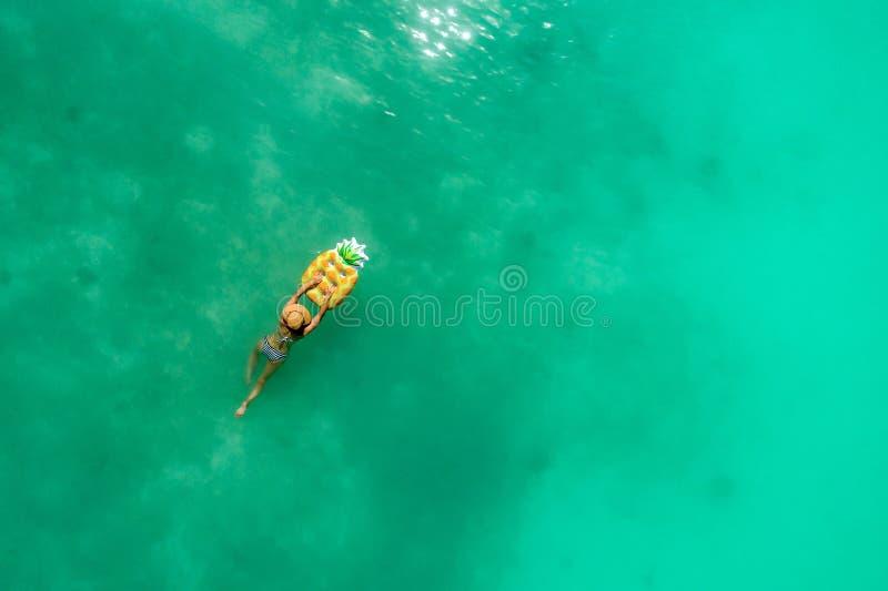 Ideia aérea da natação magro da mulher no mar transparente de turquesa Seascape do ver?o com menina, ondas bonitas, ?gua colorida imagens de stock