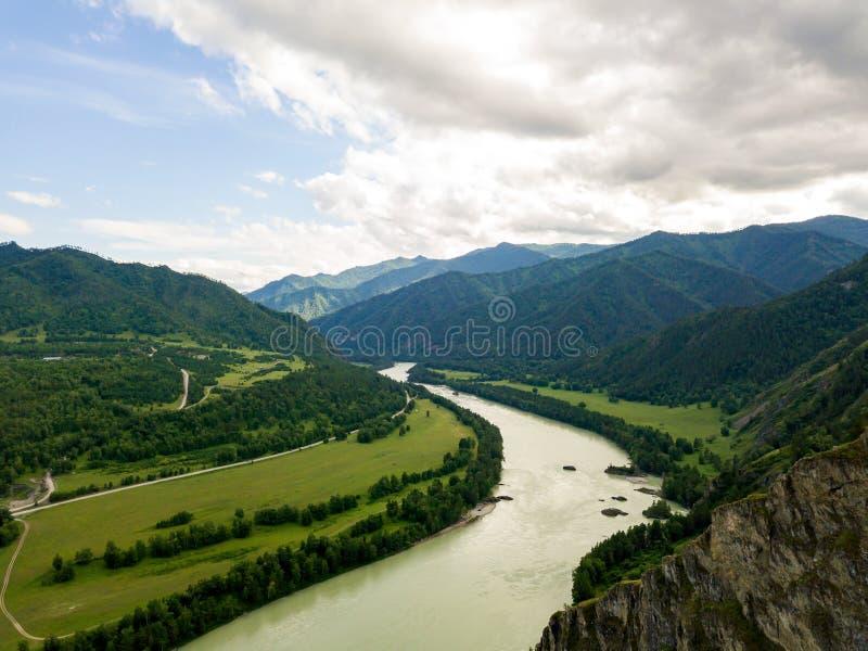 Ideia aérea da natureza das montanhas de Altai durante um appro fotos de stock royalty free