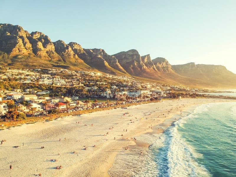 A ideia aérea da noite do zangão do ângulo largo impressionante dos acampamentos late, um subúrbio afluente de Cape Town fotos de stock