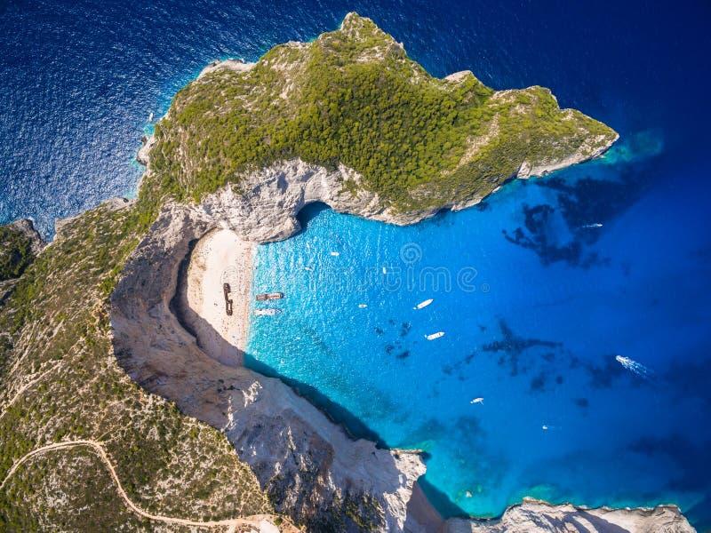 Ideia aérea da opinião do naufrágio da praia de Navagio em Zakynthos Zante imagem de stock royalty free