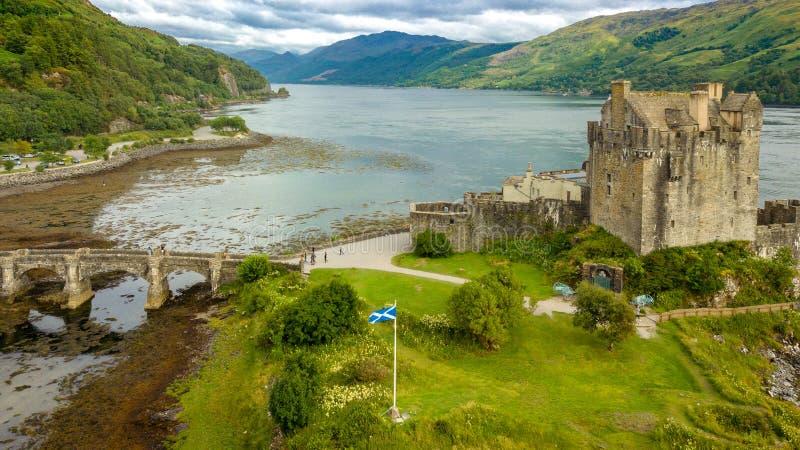 Ideia aérea da paisagem de Escócia das montanhas do castelo de Eilean imagens de stock