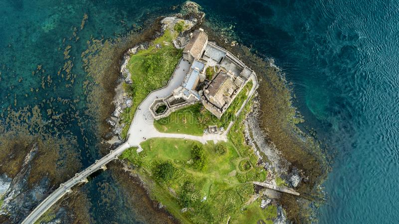 Ideia aérea da paisagem de Escócia das montanhas do castelo de Eilean fotos de stock