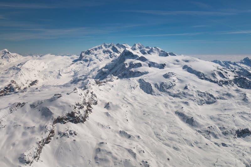 Ideia aérea da paisagem na região do esqui de Zermatt e de Breuil-Cervinia foto de stock