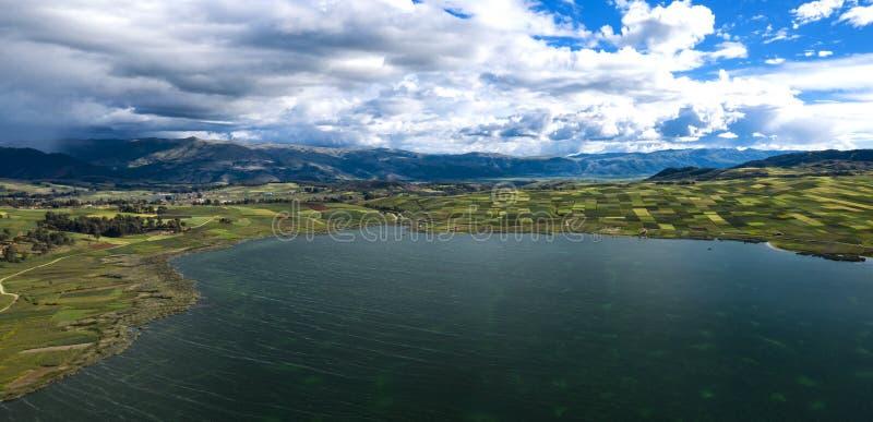 Ideia aérea da paisagem peruana com campos agrícolas verdes e Puray um lago grande foto de stock