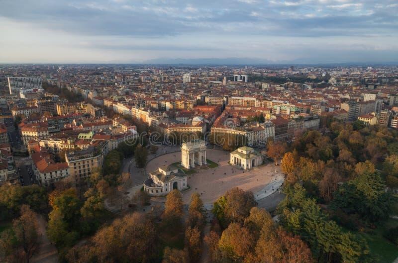 Ideia aérea da paz Arco Della Pace do arco da torre de Branca, Milão, Lombardy, Itália fotografia de stock royalty free