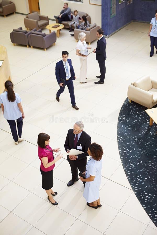 Ideia aérea da recepção ocupada do hospital foto de stock royalty free