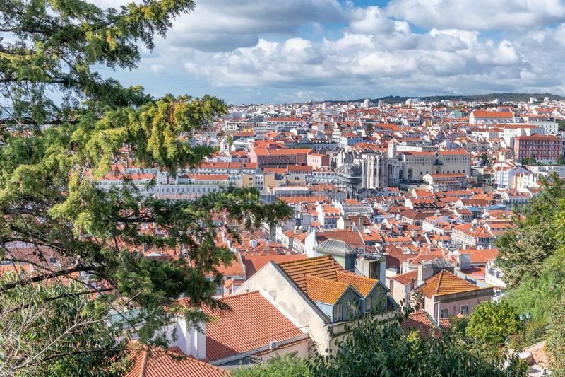 Ideia aérea da skyline de Lisboa do castelo da cidade em uma SU bonita fotos de stock royalty free