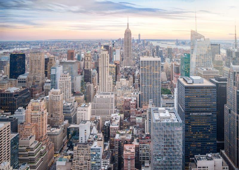 Ideia aérea da skyline de Manhattan, arranha-céus em New York City no por do sol na noite fotografia de stock