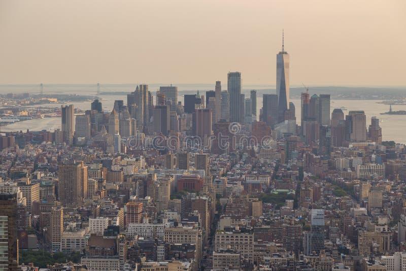 Ideia aérea da skyline de Manhattan no verão da noite imagem de stock royalty free