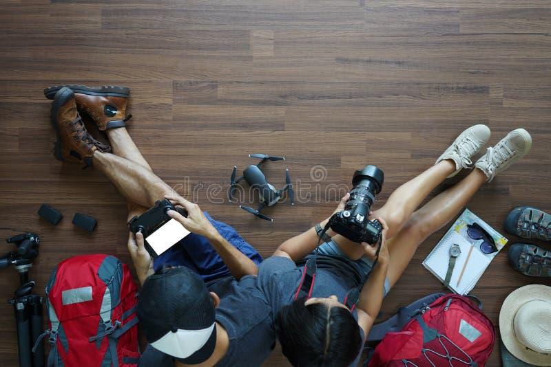 Ideia aérea da viagem nova das férias da lua de mel do planeamento dos pares do viajante fotografia de stock royalty free