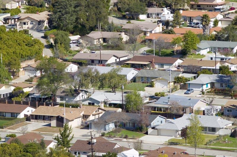 Ideia aérea das casas na subdivisão na opinião do carvalho, Ventura County, Califórnia foto de stock