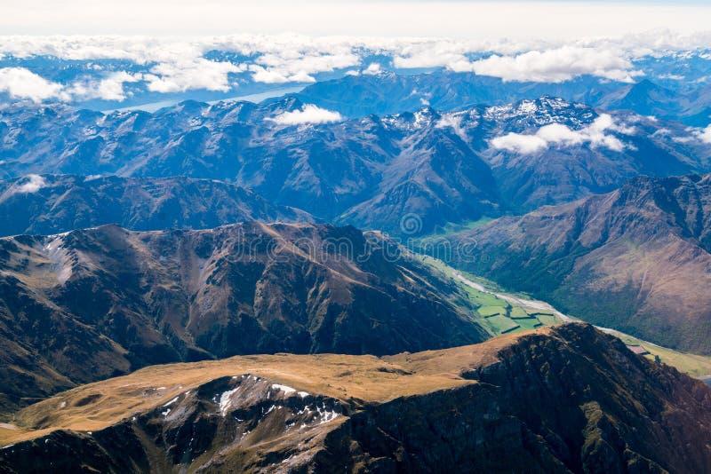 Ideia aérea das cordilheiras e da paisagem do lago foto de stock