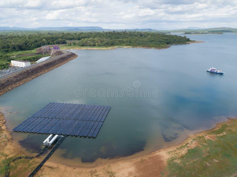 Ideia aérea de flutuar os painéis da energia solar em um lago imagem de stock