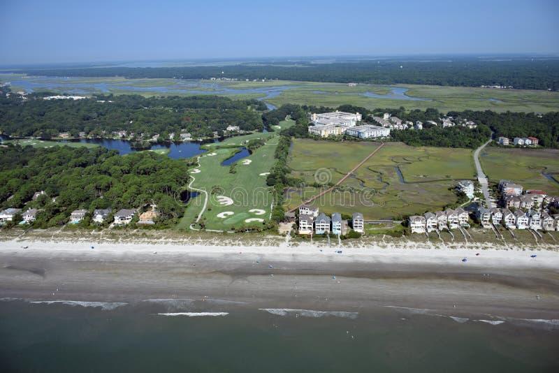 Ideia aérea de Hilton Head Beach Homes e do campo de golfe fotografia de stock