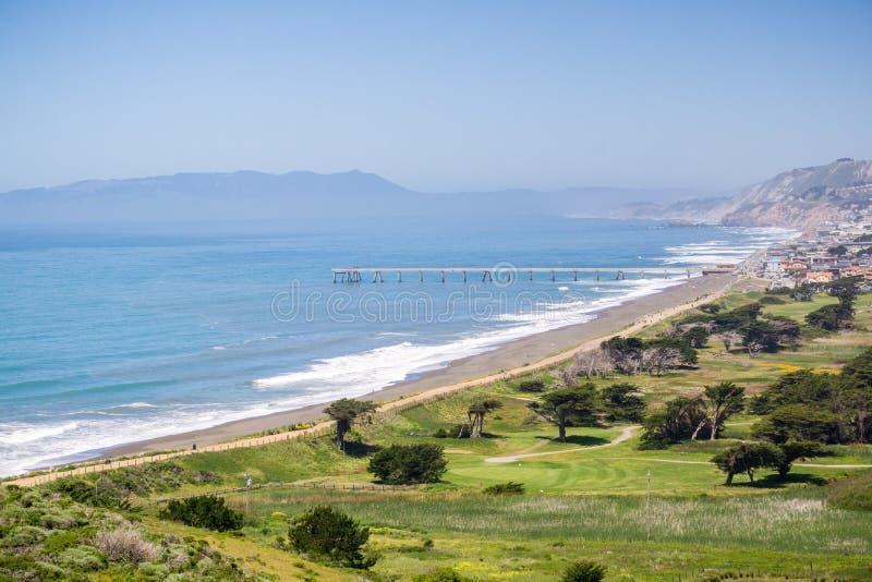 Ideia aérea de Pacifica Municipal Pier e do campo de golfe afiado do parque como visto da parte superior de Mori Point, Marin Cou imagens de stock