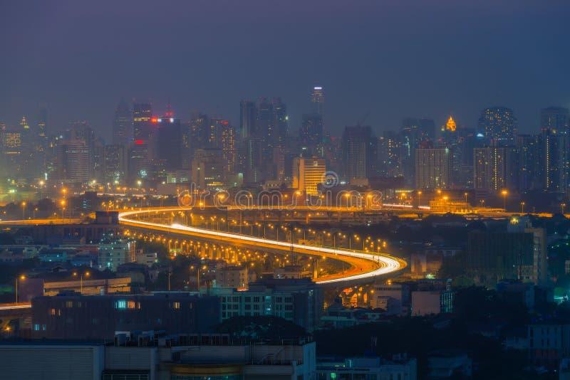 Ideia aérea de skylines de uma cidade e o título da estrada no fotos de stock