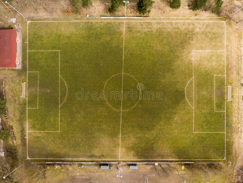 Ideia aérea de um campo de futebol de uma equipe da liga do distrito em uma vila na charneca fotos de stock