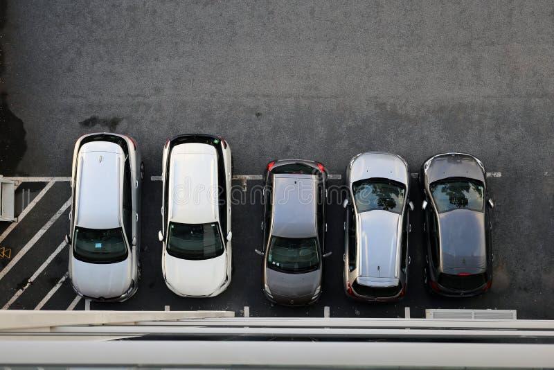 Ideia aérea de um lugar de estacionamento completo de carros diferentes foto de stock royalty free