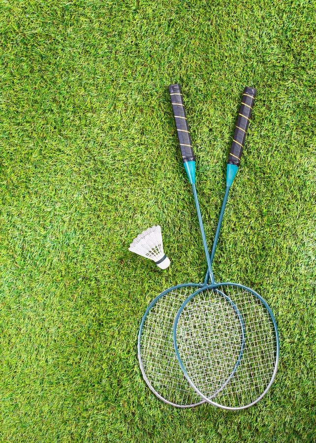 Equipamento de Badminton em um gramado imagem de stock royalty free