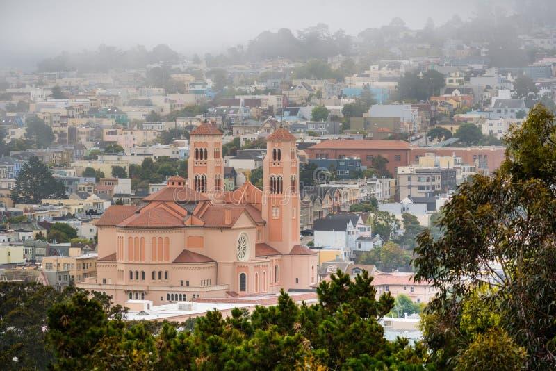 Ideia aérea de uma área residencial na vizinhança interna do por do sol em um dia de verão nevoento; St Anne da igreja Católica d fotos de stock