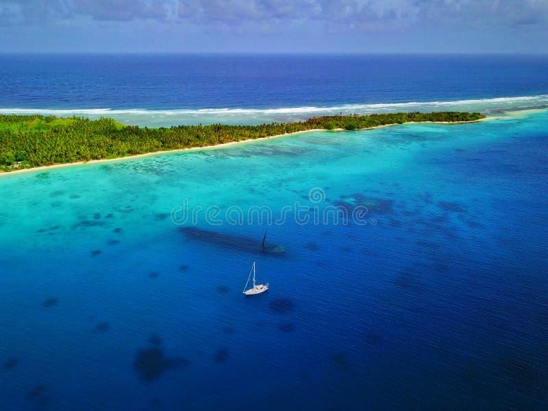 Ideia aérea de uma destruição afundado do navio de WWII com um iate ancorado e uma cena traseira bonita da ilha/mar fotografia de stock