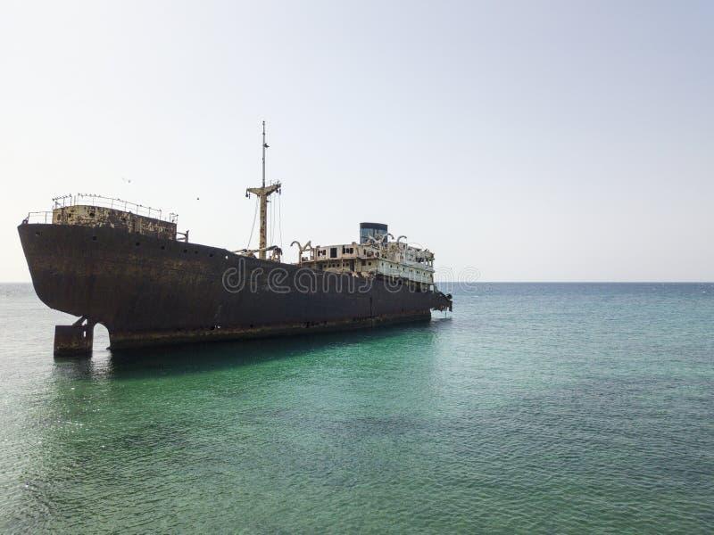 Ideia aérea de uma destruição de um navio no Oceano Atlântico Destruição do navio de carga grego: Telamon Lanzarote, Ilhas Canári fotos de stock