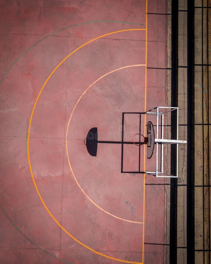 Ideia aérea do campo de básquete vermelho velho fora imagem de stock royalty free