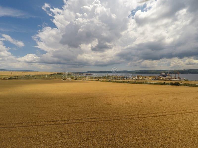 Ideia aérea do campo do verão imagens de stock