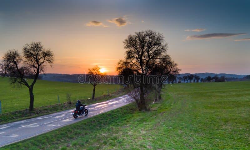 Ideia aérea do cavaleiro na motocicleta imagens de stock