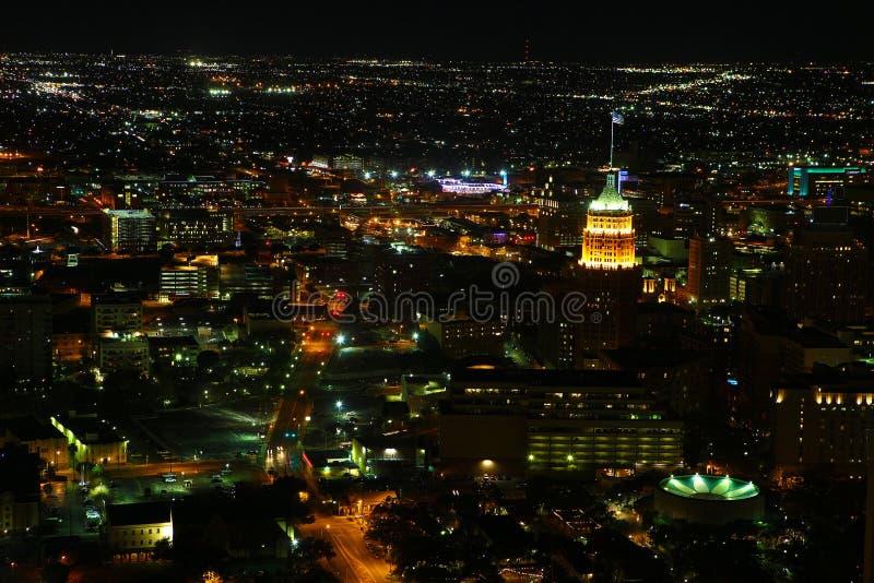 Ideia aérea do centro da cidade de San Antonio na noite imagens de stock