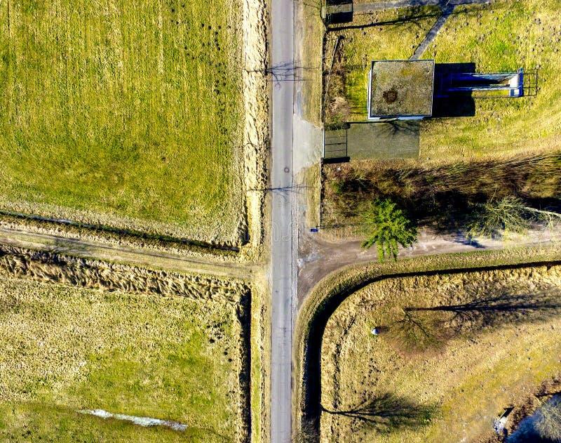 Ideia aérea do cruzamento de uma estrada da vila com duas estradas fotos de stock royalty free