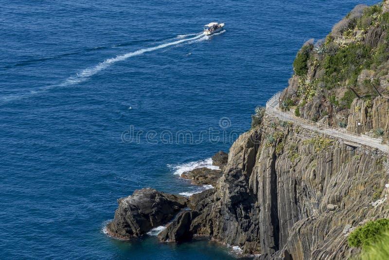 Ideia aérea do ` famoso através do ` do amore do ` do dell que conecta Riomaggiore com o Manarola, Cinque Terre, Liguria, Itália fotografia de stock royalty free