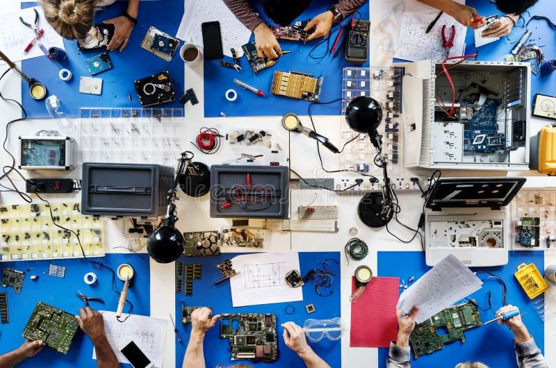 Ideia aérea do funcionamento da equipe dos técnicos da eletrônica imagem de stock