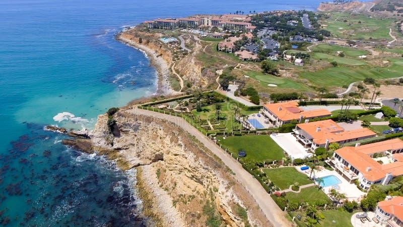 Ideia aérea do litoral de Rancho Palos Verdes e das casas, Californ imagem de stock