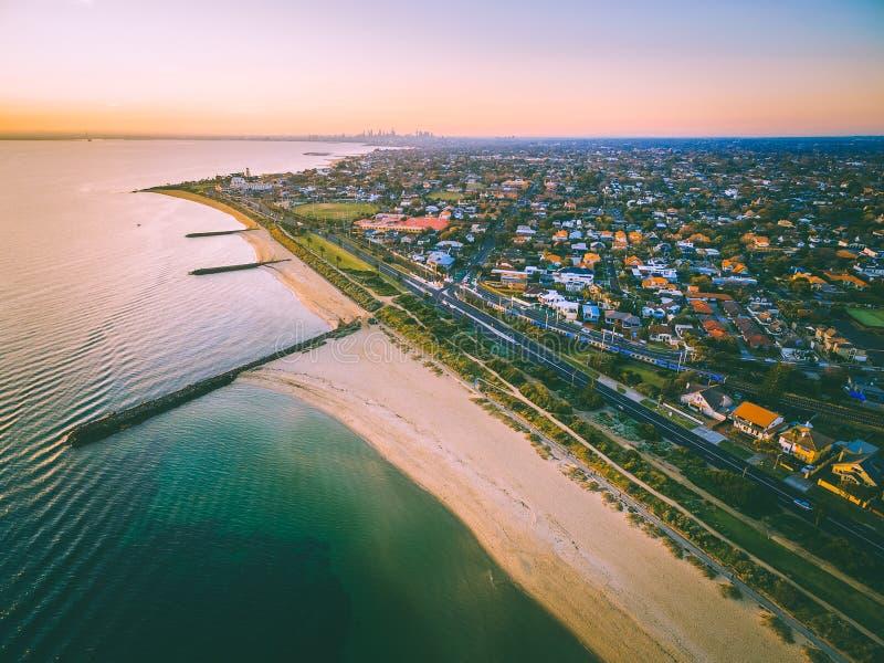 Ideia aérea do litoral do porto Phillip Bay e do Melbourne suburbano fotos de stock royalty free