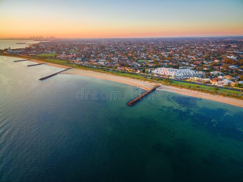 Ideia aérea do litoral do porto Phillip Bay e do Melbourne suburbano imagem de stock