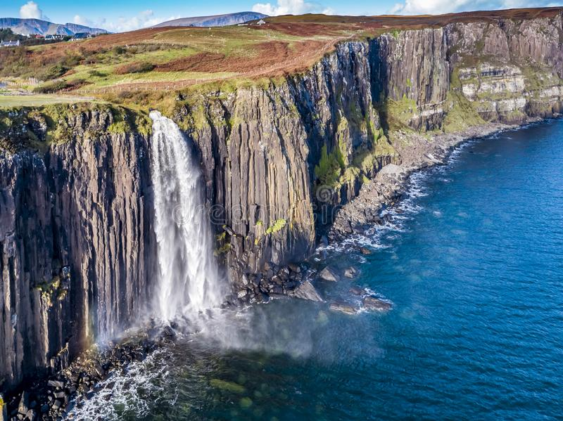 Ideia aérea do litoral dramático nos penhascos por Staffin com a cachoeira famosa da rocha do kilt - ilha de Skye - imagens de stock royalty free