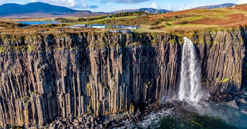 Ideia aérea do litoral dramático nos penhascos por Staffin com a cachoeira famosa da rocha do kilt - ilha de Skye - foto de stock