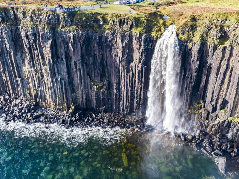 Ideia aérea do litoral dramático nos penhascos por Staffin com a cachoeira famosa da rocha do kilt - ilha de Skye - imagem de stock royalty free